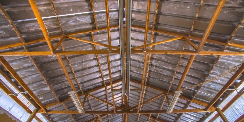 Estructura de tejado interior de un granero viejo imagen de archivo libre de regalías