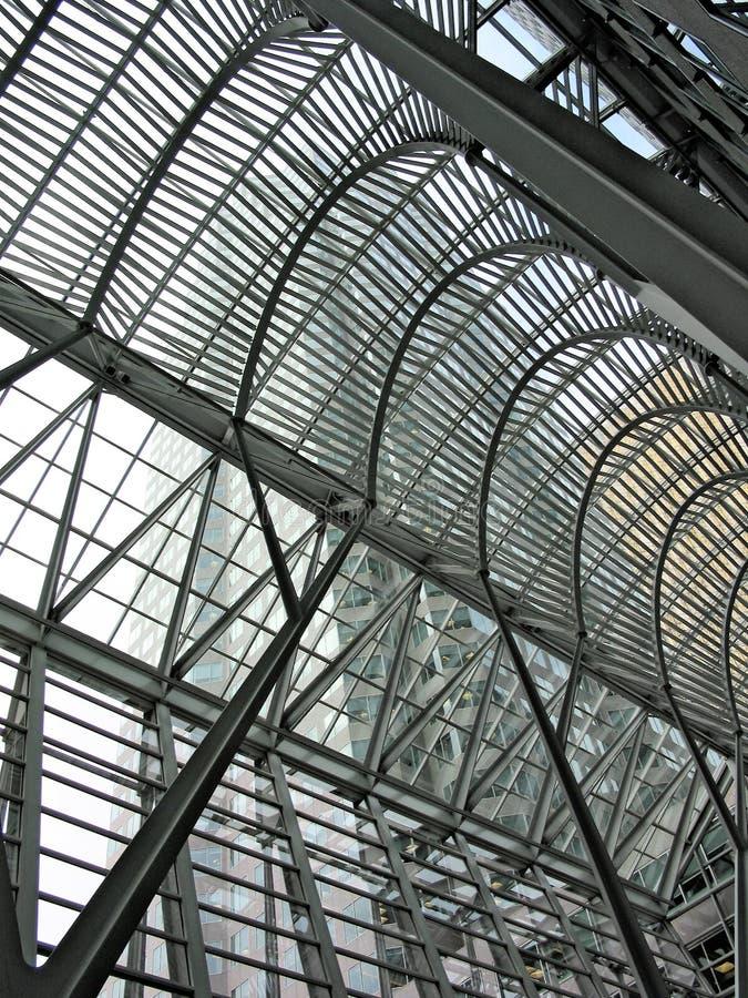 Estructura de una galería hecha del metal y del vidrio imagenes de archivo