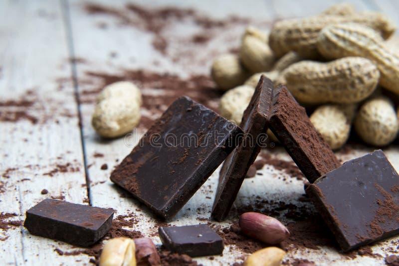 Estructura del chocolate con los cacahuetes y las cáscaras de nuez fotos de archivo
