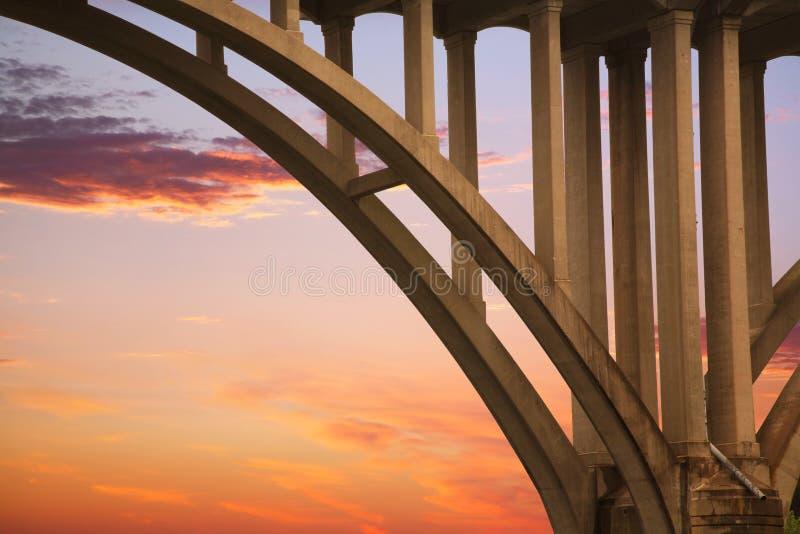 Estructura del puente en la puesta del sol fotos de archivo