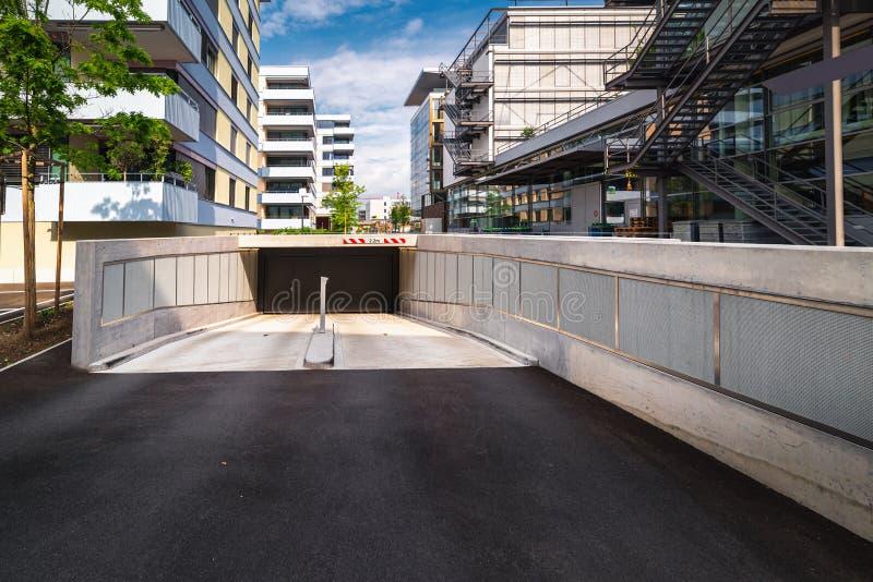 Estructura del túnel subterráneo para que coche del vehículo encante y salga fuera del edificio , Camino de puerta de acceso para fotografía de archivo libre de regalías
