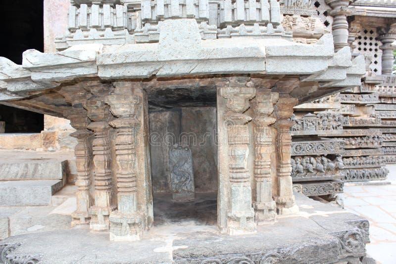 Estructura del templo de Hoysaleshwara - talla del interior de dios de la serpiente del Naga imagen de archivo libre de regalías