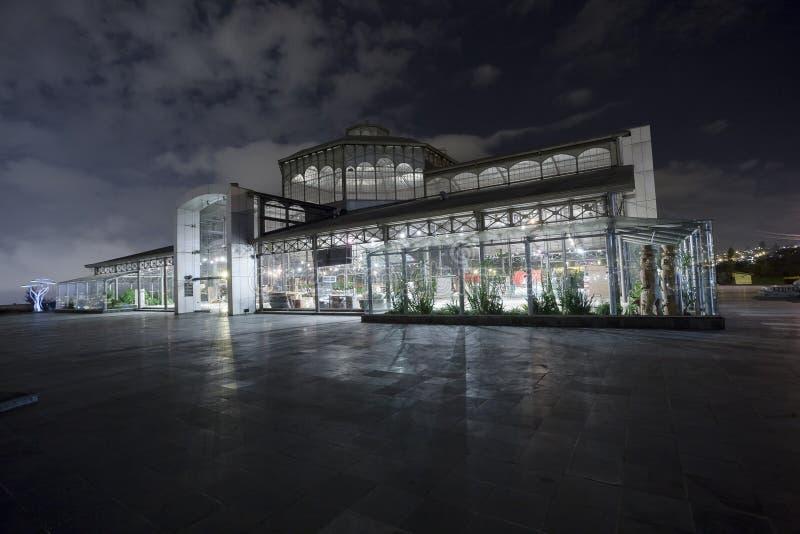 Estructura magnífica del metal y del vidrio, parque de Itchimbia, Quito foto de archivo