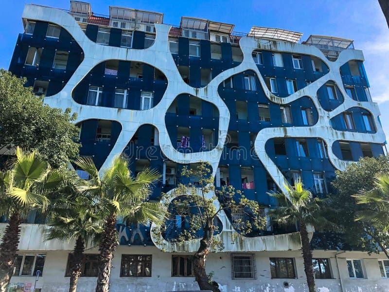 Estructura moderna abstracta inusual blanca y azul en el hormigón futurista del estilo de las líneas y de los agujeros, edificio, fotografía de archivo libre de regalías