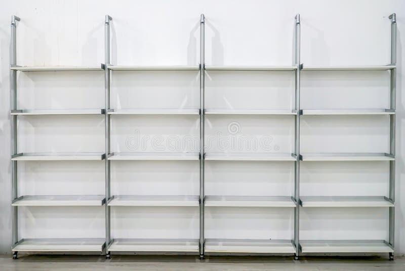 Estructura moderna limpia del estante del rectángulo en arreglo a la pared blanca fotos de archivo libres de regalías