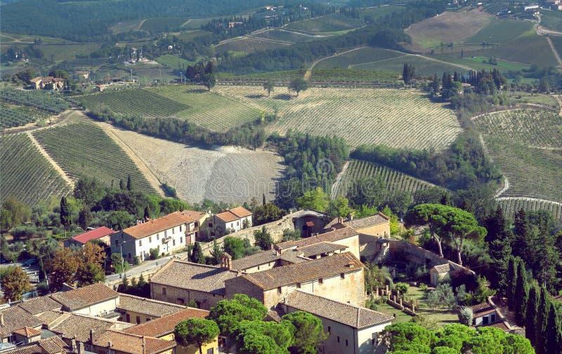 Estructuras agrícolas, casas históricas y paisaje natural de la ciudad italiana San Gimignano, Toscana fotografía de archivo