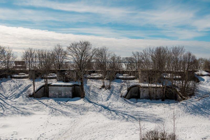 Estructuras protectoras del filón del fuerte en Kronstadt en primavera temprana imagenes de archivo