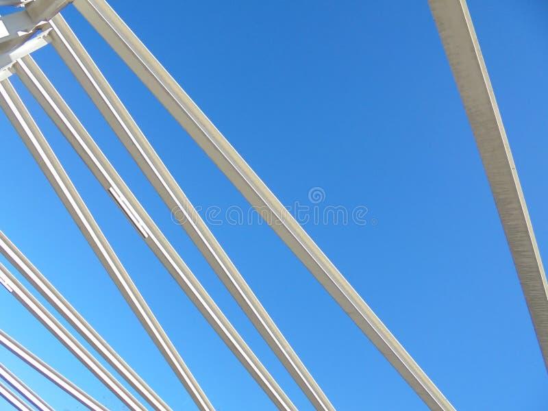 Estrutura branca, céu azul fotos de stock