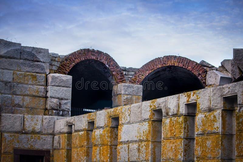 Estrutura cinzenta do grande stonemade com molde e os arcos amarelos imagem de stock royalty free