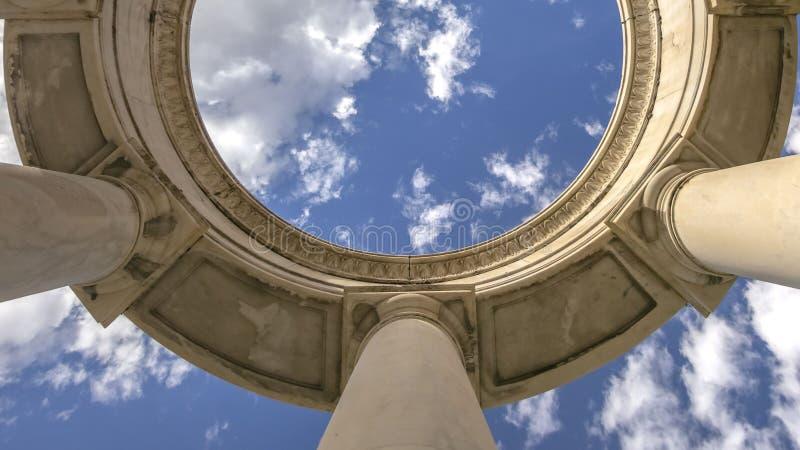 Estrutura circular do panorama claro apoiada pelas colunas enormes vistas em um dia ensolarado imagens de stock royalty free