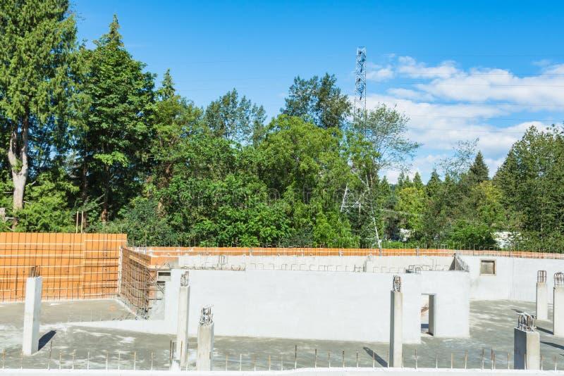 Estrutura concreta do porão da baixo construção nova no dia ensolarado foto de stock royalty free