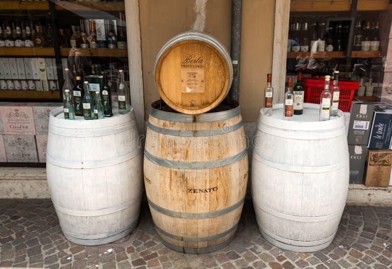 Estrutura da propaganda com garrafas de vinho na frente de uma loja em Lazise no lago Garda imagens de stock royalty free