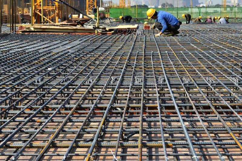 Estrutura de aço no canteiro de obras, na construção de grandes construções fotografia de stock
