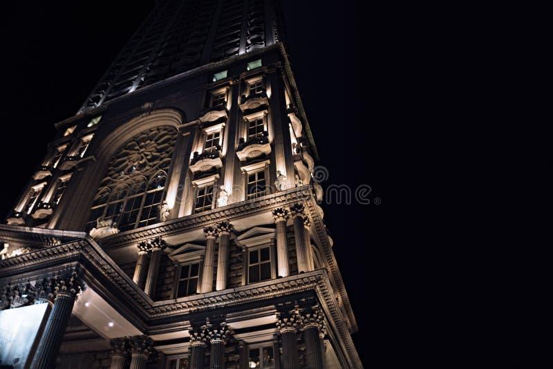 Estrutura de construção iluminada na noite com o céu preto claro fotografia de stock