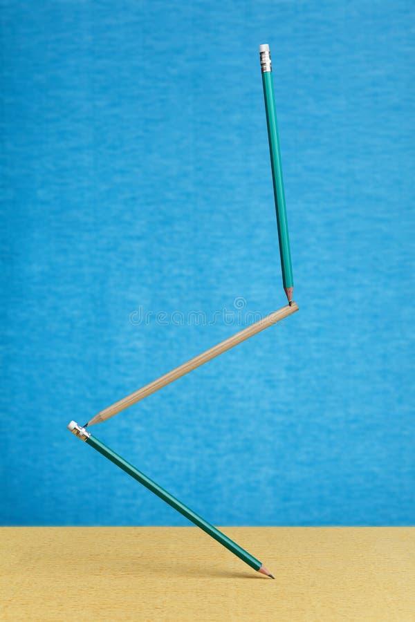 Estrutura de equilíbrio do lápis três na baixo-gravidade foto de stock