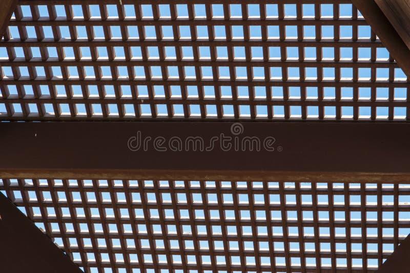Estrutura de madeira em um fundo do céu azul fotos de stock royalty free