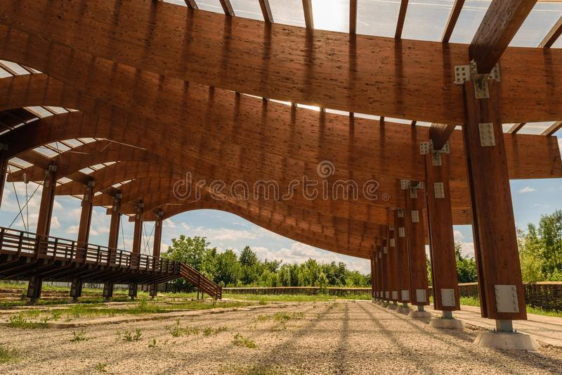 A estrutura de telhado maciça dos feixes de madeira montou com os conectores da forma do metal e os parafusos, porcas - e - os pa foto de stock