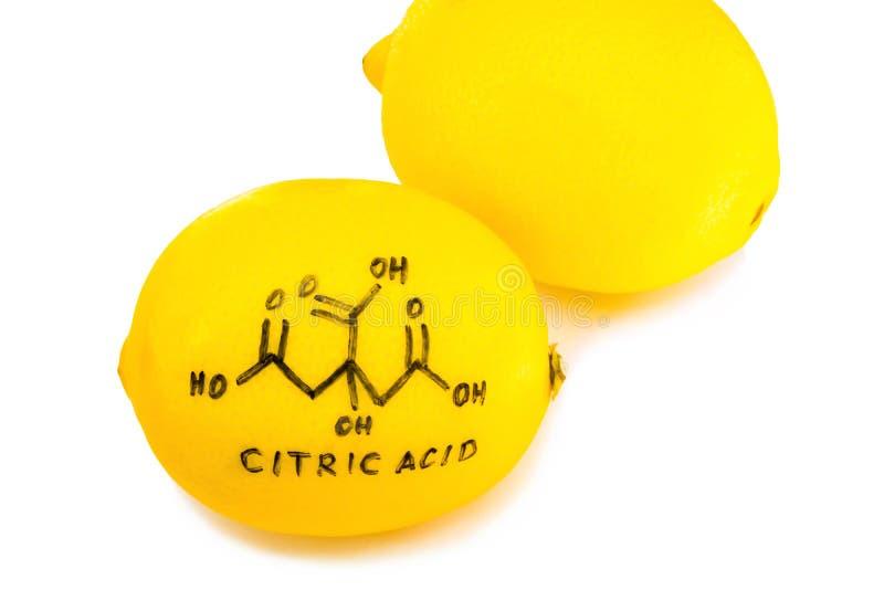 Estrutura de uma molécula do ácido cítrico pintada na casca de limão imagens de stock