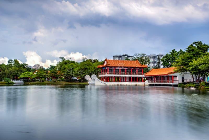 Estrutura do barco de Yao-Yueh Fang Stone em uma libra no chinês Singapo fotos de stock