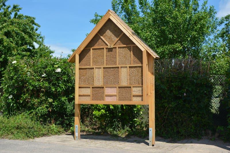 Estrutura do hotel da casa do inseto criada para fornecer o abrigo para insetos como abelhas para impedir a extinção foto de stock royalty free