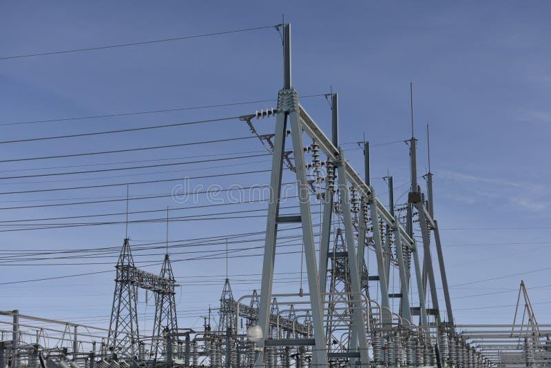 Estrutura e linhas elétricas secundárias de alta tensão do metal da estação da corrente elétrica fotografia de stock royalty free