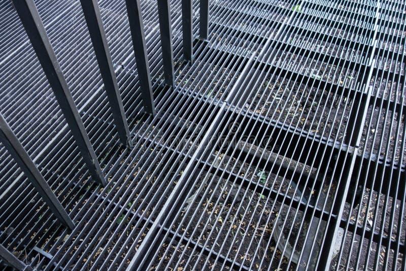 Estrutura exterior das escadas do metal com corrimão Etapas das correias e das diferenças do ferro Linhas estruturais industriais imagens de stock royalty free