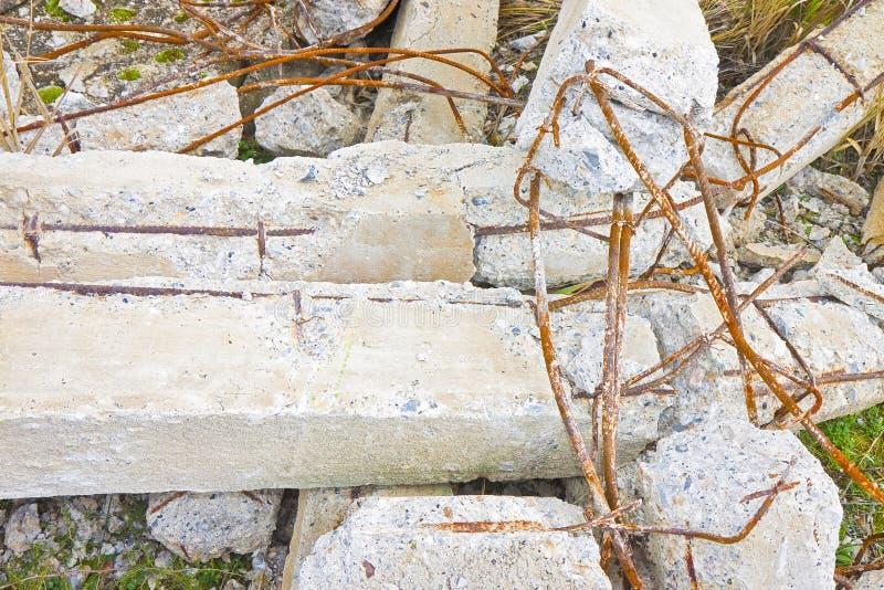 Estruturas concretas desmoronadas com as barras de a?o oxidadas em um canteiro de obras - imagem do refor?o do conceito imagens de stock royalty free