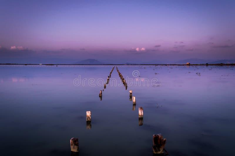 Estruturas de madeira na exposição longa dos lagos de sal fotografia de stock