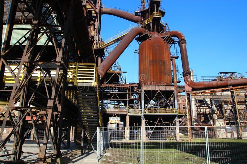 Estruturas oxidadas da planta metalúrgica abandonada fotografia de stock royalty free