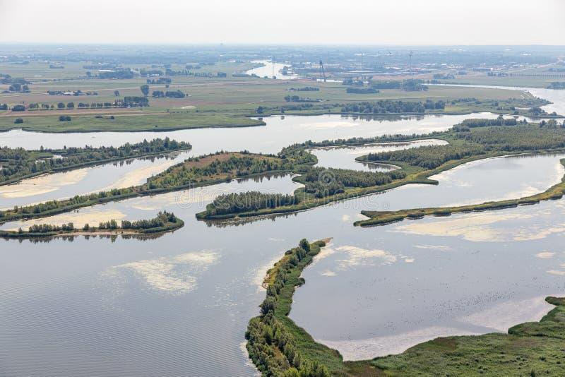 Estuário do rio holandês IJssel com ilhas e pantanais pequenos fotos de stock royalty free