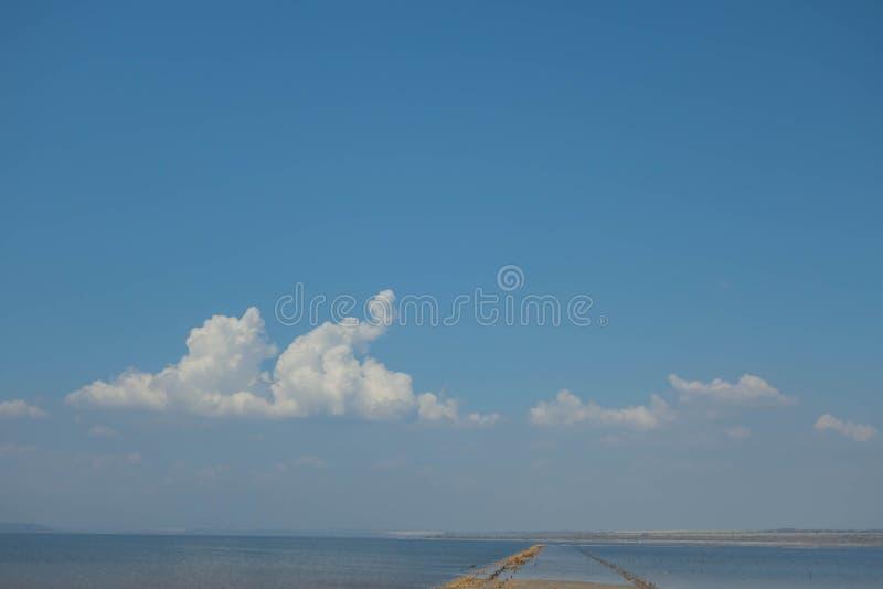 Estuario de Kuyalnitsky en la madrugada Cielo azul y nubes hermosos Escupitajo de la arena odessa ucrania foto de archivo