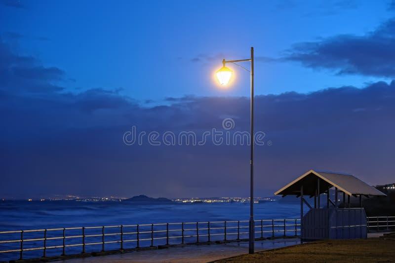 Estuario di avanti dal Fife, Scozia, al tramonto immagini stock libere da diritti