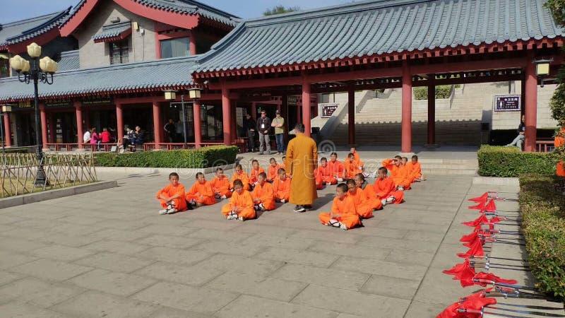Estudando as monges de Kung Fu nas construções antigas de Shaolin Temple fotos de stock royalty free