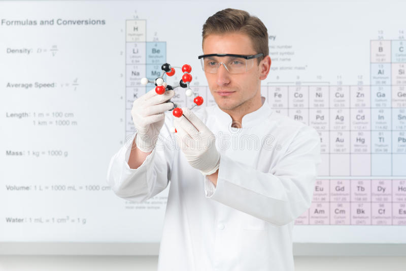 Estudando a estrutura molecular de ácido cítrico imagens de stock