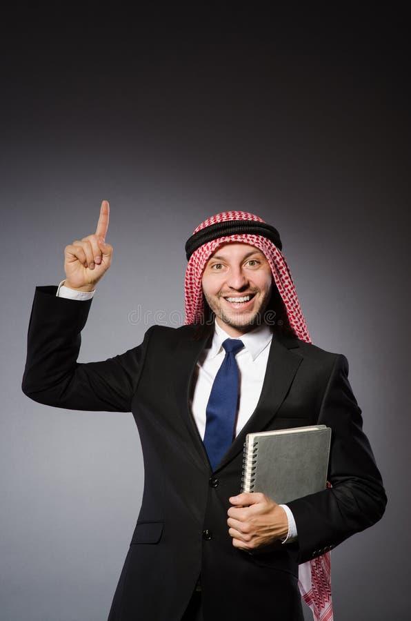 Estudante árabe com livro foto de stock