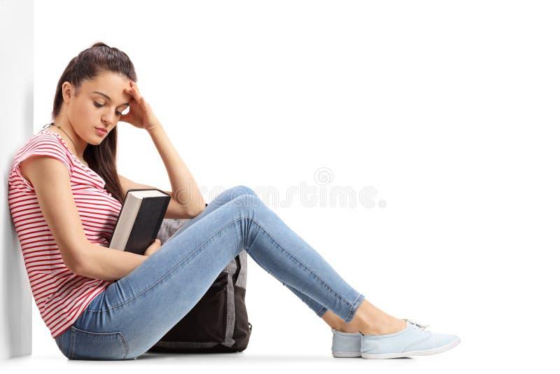 Estudante adolescente deprimido que senta-se no assoalho imagem de stock royalty free