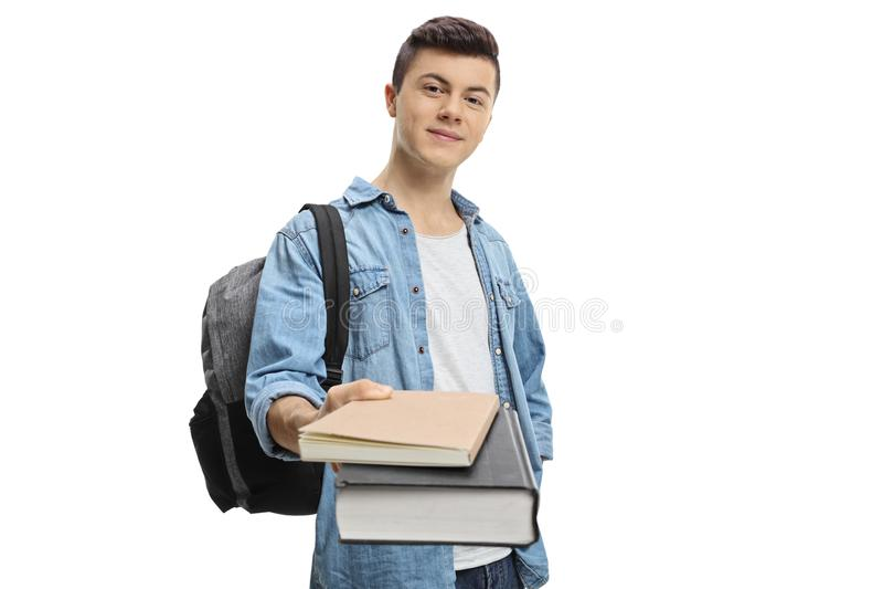 Estudante adolescente masculino que dá livros fotografia de stock royalty free