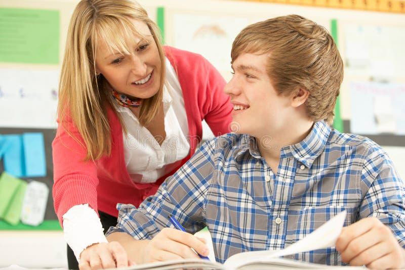 Estudante adolescente masculino que estuda na sala de aula fotografia de stock royalty free