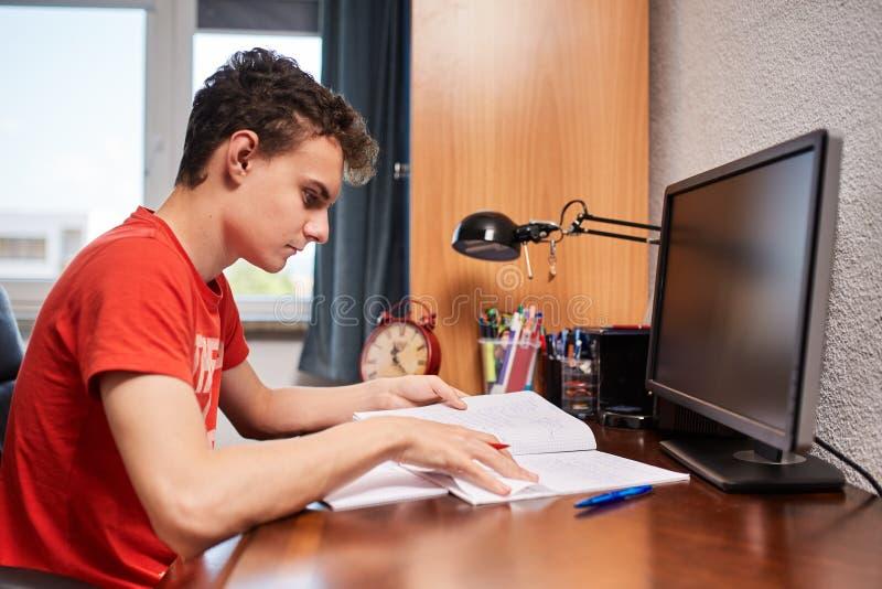Estudante adolescente que faz trabalhos de casa imagens de stock royalty free