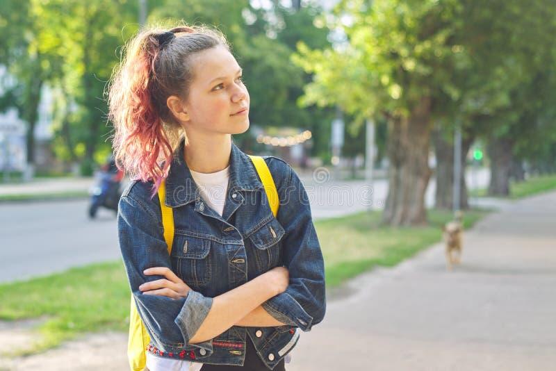 A estudante adolescente séria com trouxa, mãos cruzou-se foto de stock