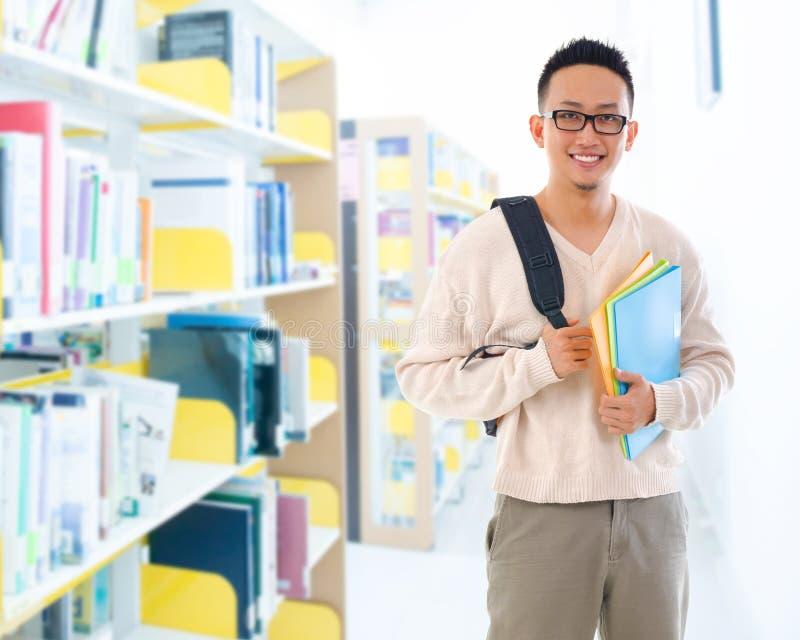 Estudante adulto asiático do sudeste na biblioteca imagem de stock