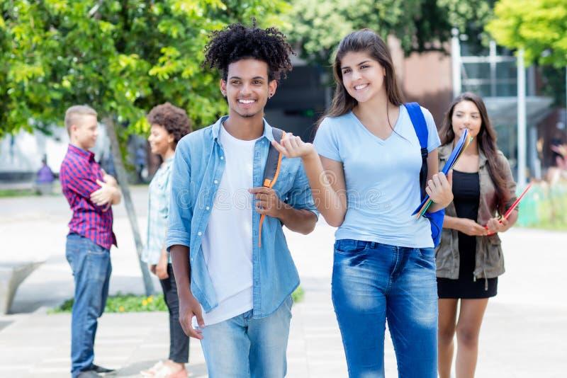 Estudante adulto novo americano de passeio do estudante e do moderno do latino imagem de stock royalty free