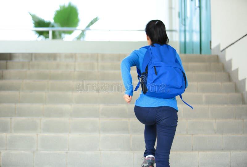 Estudante adulto que corre em escadas no terreno fotografia de stock royalty free