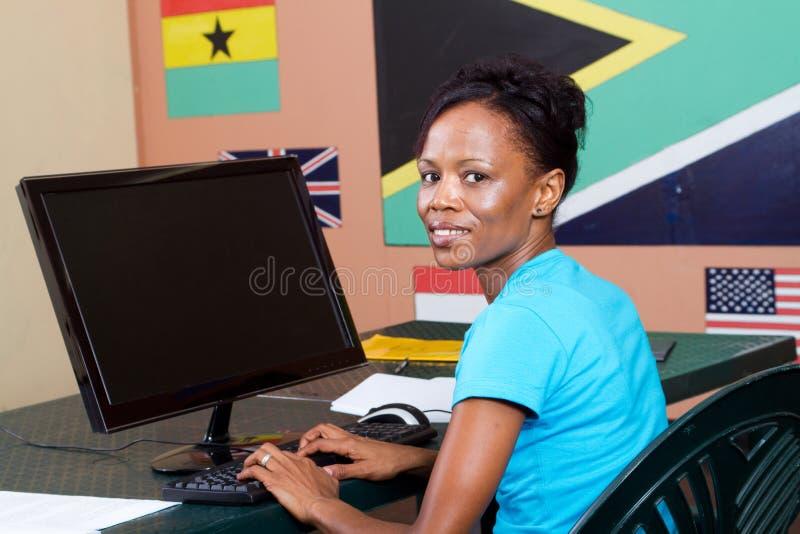 Estudante adulto que usa o computador imagens de stock