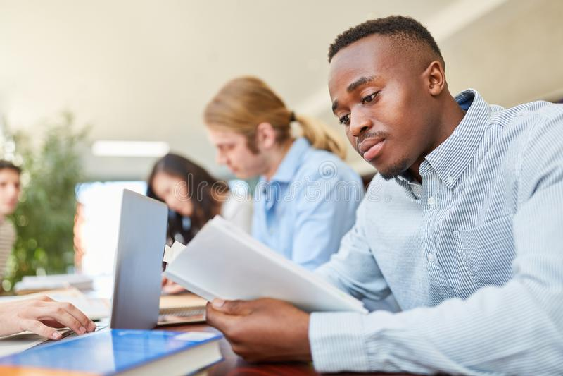 Estudante africano no curso de línguas fotos de stock