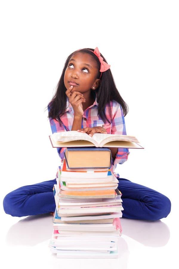 Estudante africano novo isolado no fundo branco imagem de stock