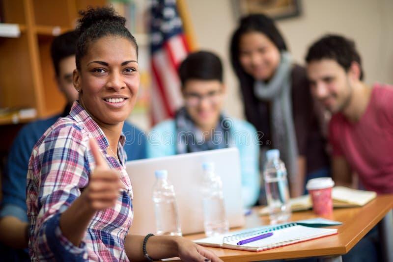 Estudante afro-americano que mostra o polegar acima foto de stock