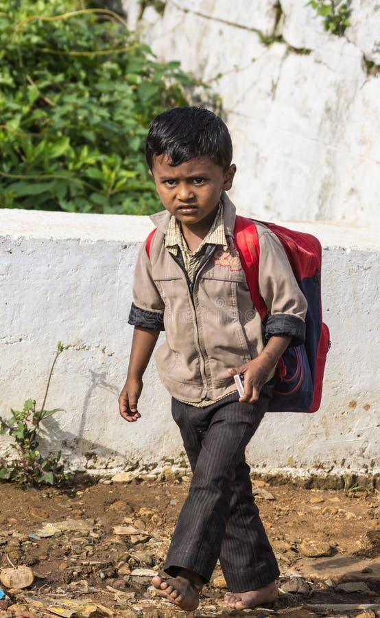 A estudante anda a sua escola em Kallatti, montes de Nilgiri, Índia foto de stock