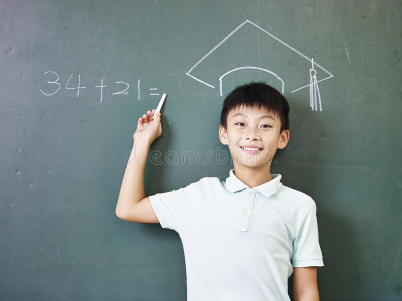 Estudante asiática que está sob um chapéu doutoral giz-tirado foto de stock