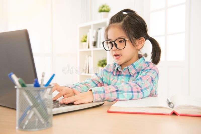 Estudante asiático da escola primária dos vidros imagens de stock royalty free